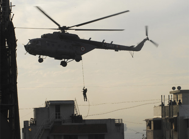 Comandos especiales asaltan la residencia judía