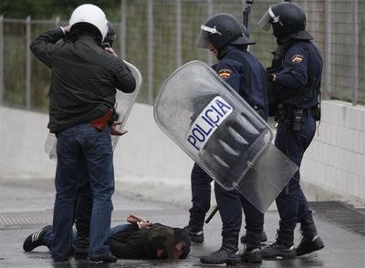 Una veintena de detenidos en Madrid por altercados entre antisistemas y grupos fascistas 20090328elpepunac_5