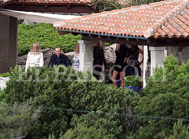 Silvio Berlusconi acompañado de varias mujeres en su mansión de Cerdeña