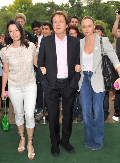Paul e suas duas filhas, Stela e Mary, em evento contra a carne