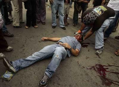 Un maestro herido de bala durante una manifestación en apoyo a Zelaya