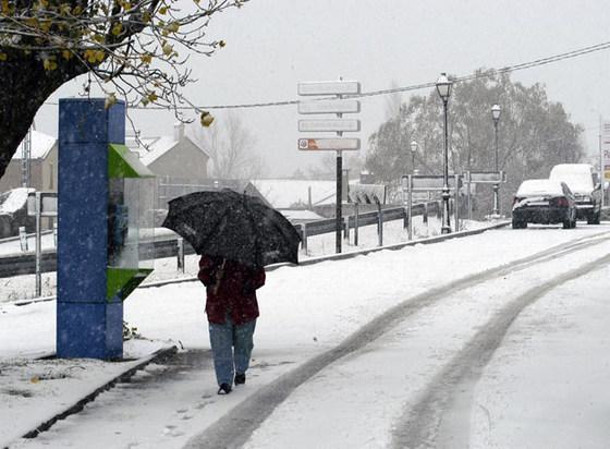 La nieve deja a 16.000 niños sin escuela, cierra carreteras y bloquea líneas férreas .. Primeras_nieves_Collado_Hermoso_Segovia_hoy_ha_superado_varios_centimetros_cuajando_calles