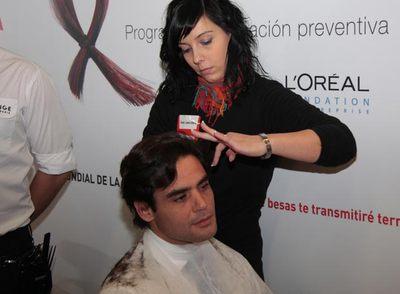 Juan José Güemes se corta el pelo durante la campaña contra el sida