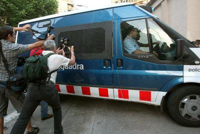 El furgón policial, con Fèlix Millet y Jordi Montull en su interior, entrando en la cárcel Modelo.- EFE