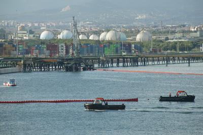 Una fuga en una refinería provoca una mancha de 140 hectáreas de mar en la costa de Tarragona