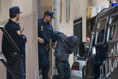 La policía se lleva detenido a un acusado de terrorismo islamista en Santa Coloma de Gramenet, (Barcelona), en octubre de 2008- G. BATTISTA