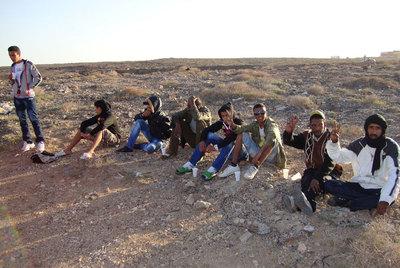Ocho miembros del grupo de saharauis que llegó el pasado día 5 en patera a Fuerteventura.- ANTONIO CABRERA