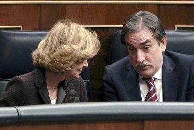 Elena Salgado conversa con Valeriano Gómez en el pleno del Congreso.- EFE