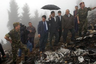 Trillo (con corbata azul) visita el lugar del accidente del Yak-42