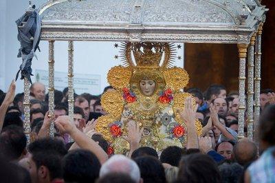 El paso de la Virgen del Rocío con el varal roto
