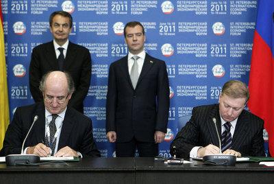 El presidente de Repsol, Antonio Brufau (izq), y el dueño del grupo Alliance, Musá Bazáev, durante la firma de la alianza mediante un memorando para la constitución de una empresa mixta.