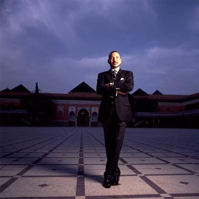 El rey de Marruecos posa en una imagen de archivo junto a uno de sus palacios, en Marraquech.- JOHN CHIASSON (GETTY)