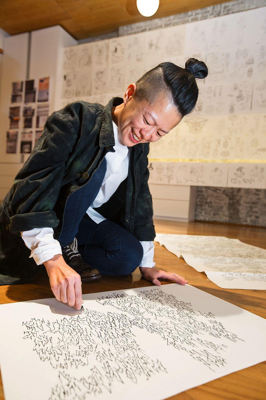 Yi Ling (Singapur, 1983) encontró en los muros del viejo Shanghái los mismos números y grafía que su abuelo pintaba por las paredes tras abandonar China. / JONATHAN FONG