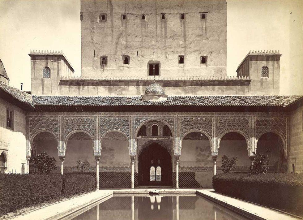 El patio de los Arrayanes, uno de los lugares más bellos de la Alhambra, fotografiado por el francés, un profesional que siempre intentó estar a la cabeza en avances tecnológicos.