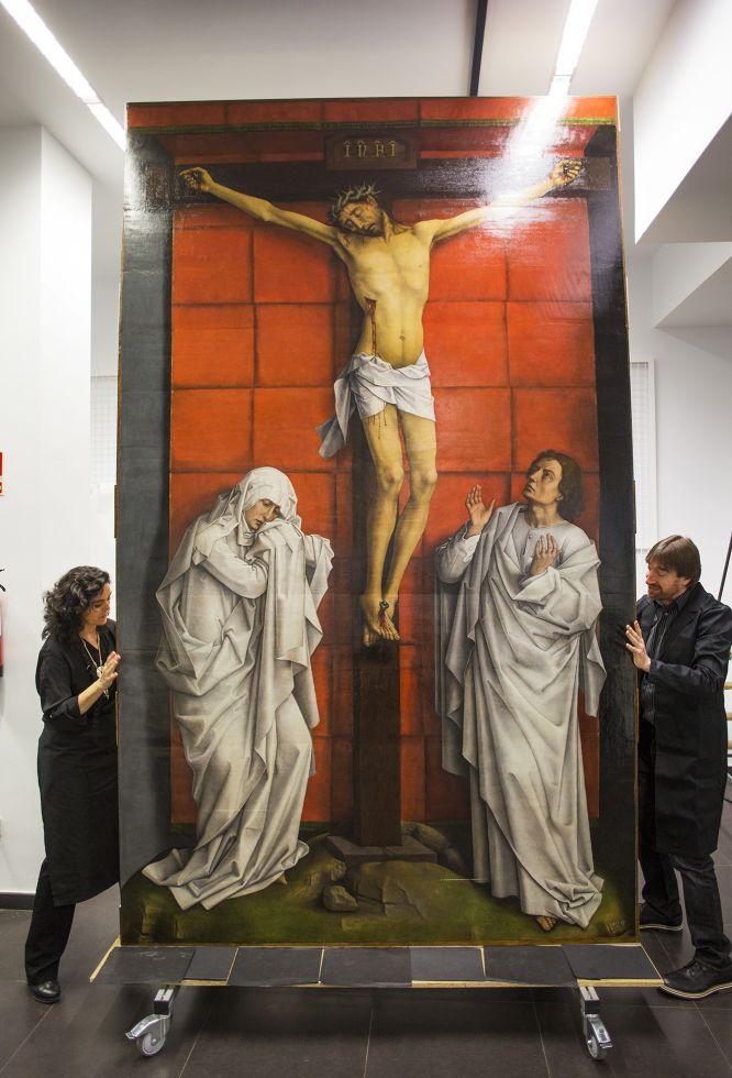 Tras cuatro años en el taller del Museo del Prado, la inmensa tabla, de más de tres metro y medio de altura, está lista para su exhibición. José de la Fuente (a la derecha) ha restaurado el soporte en estrecha colaboración con Loreto Arranz (a izquierda), la restauradora de Patrimonio Nacional encargada de la parte pictórica.