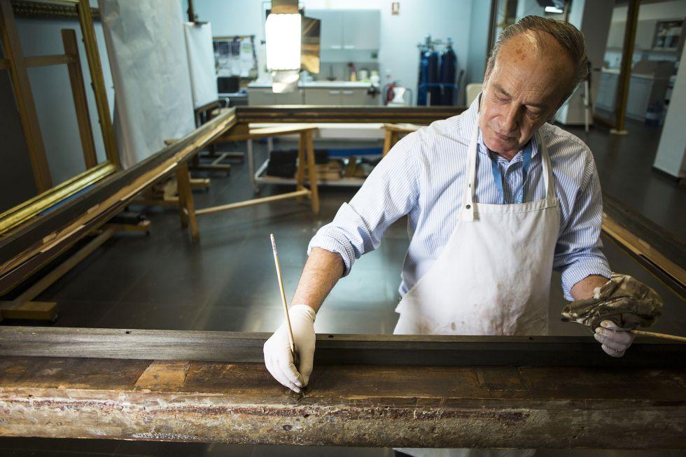Lucio Maire es el restaurador de Patrimonio Nacional que ha trabajado en el marco de 'El Calvario'. No es el original pero el experto piensa que data de 1516. En seco y sin diluyentes Maire retiró los nueve estratos añadidos y encontró el bol original sobre el que se aplicó el pan de oro.