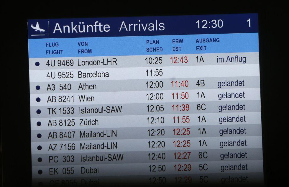 Panel de los horarios de llegadas de los vuelos en el aeropuerto de Düsseldorf