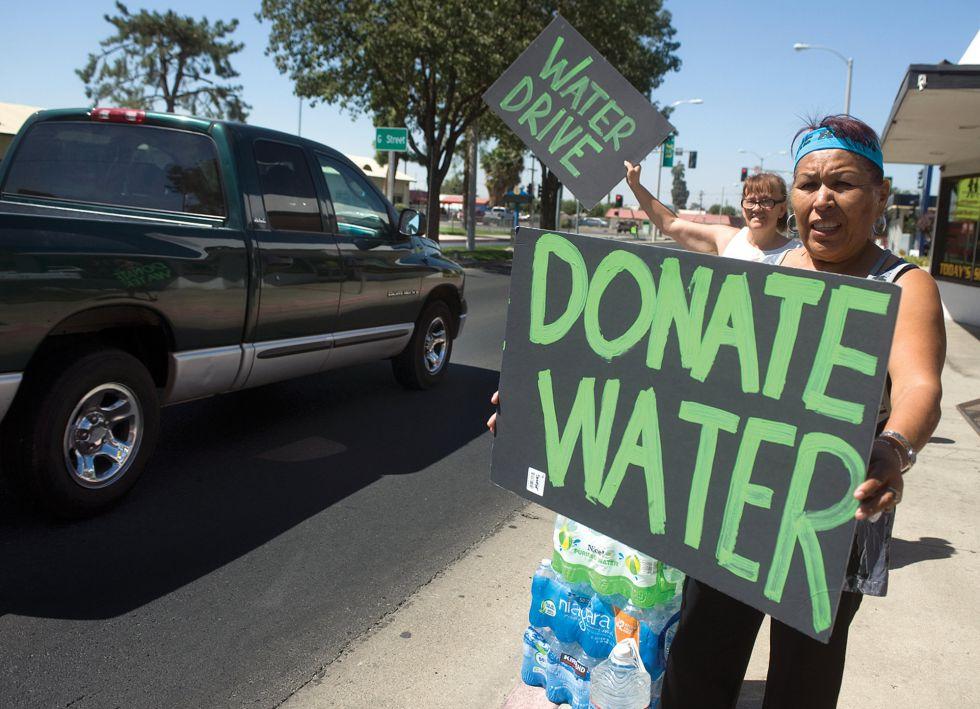 Porteville, cittadini che chiedono acqua per le strade (http://elpais.com/)