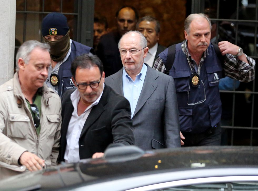 Rodrigo Rato, detenido. La policía se lleva al exvicepresidente del Gobierno arrestado tras el registro de su domicilio 1429211402_594388_1429211580_album_normal