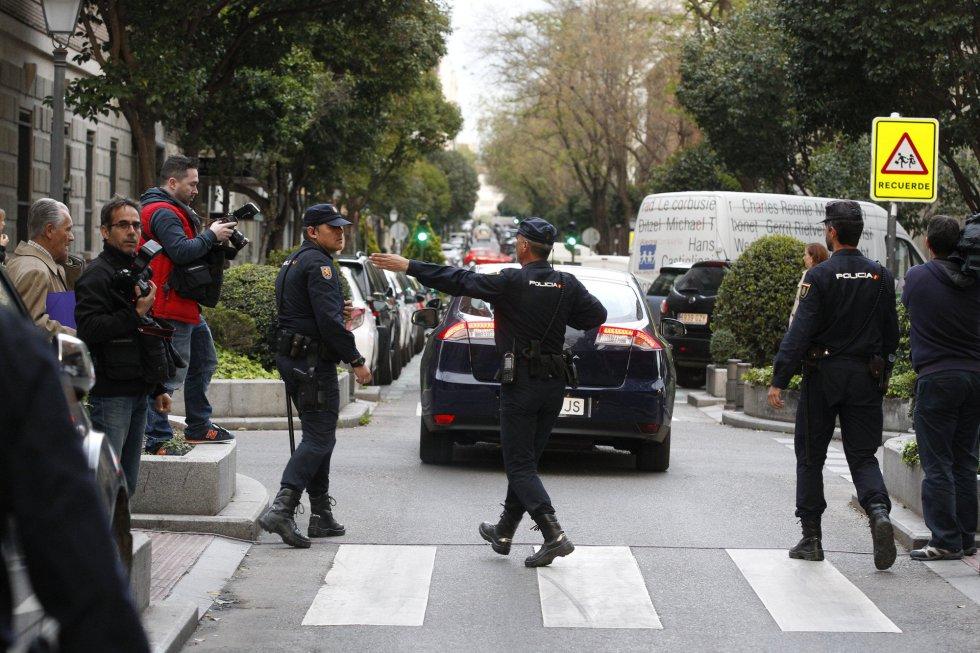 Rodrigo Rato, detenido. La policía se lleva al exvicepresidente del Gobierno arrestado tras el registro de su domicilio 1429211402_594388_1429211632_album_normal
