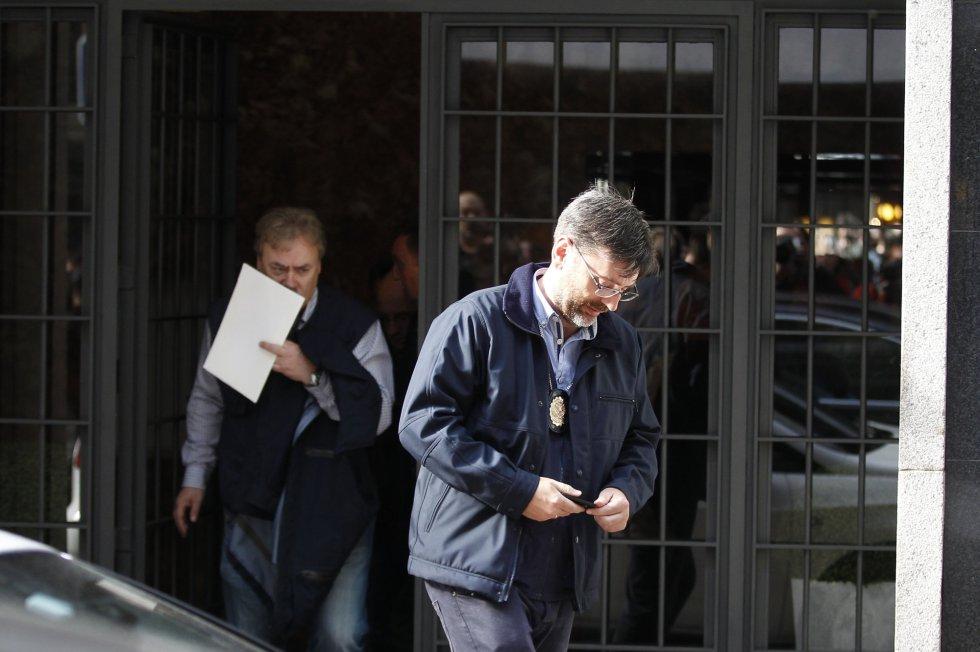 Rodrigo Rato, detenido. La policía se lleva al exvicepresidente del Gobierno arrestado tras el registro de su domicilio 1429211402_594388_1429211633_album_normal