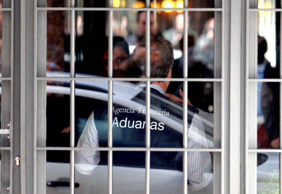 Rodrigo Rato, detenido. La policía se lleva al exvicepresidente del Gobierno arrestado tras el registro de su domicilio 1429211402_594388_1429211634_album_normal
