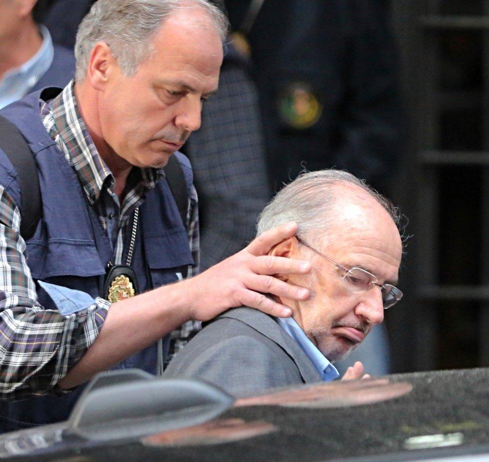 Rodrigo Rato, detenido. La policía se lleva al exvicepresidente del Gobierno arrestado tras el registro de su domicilio 1429211402_594388_1429211635_album_normal