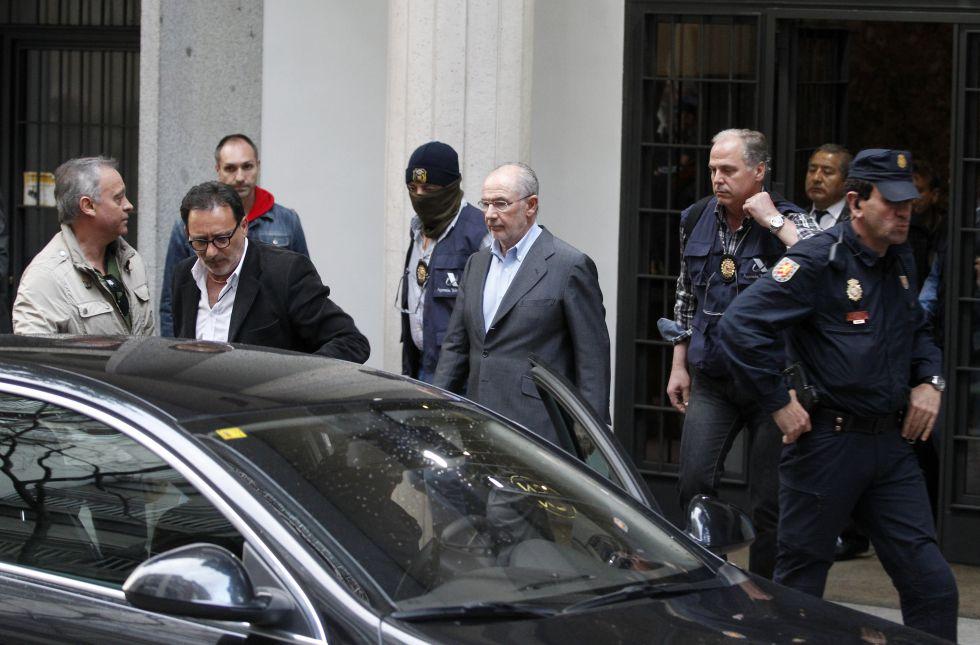 Rodrigo Rato, detenido. La policía se lleva al exvicepresidente del Gobierno arrestado tras el registro de su domicilio 1429211402_594388_1429211804_album_normal