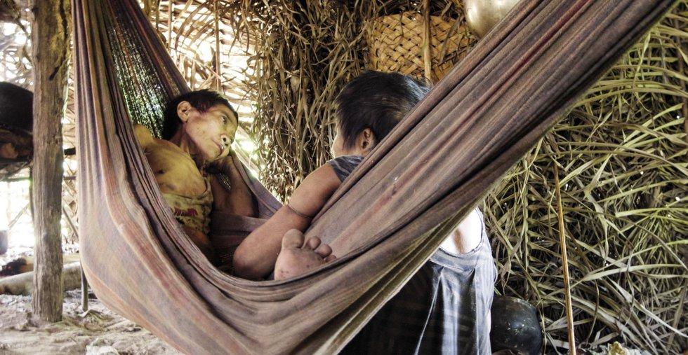 Una mujer awá guajá reposa enferma tras romper su aislamiento en enero. / SURVIVAL INTERNATIONAL