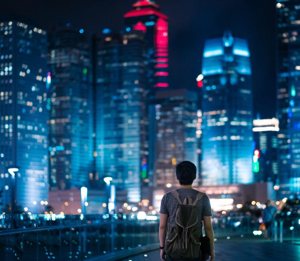 La ciudad de Hong Kong iluminada de noche.