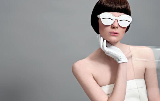 Top blanco de Marcos Luengo y gafas de Courrèges para Óptica Toscana.
