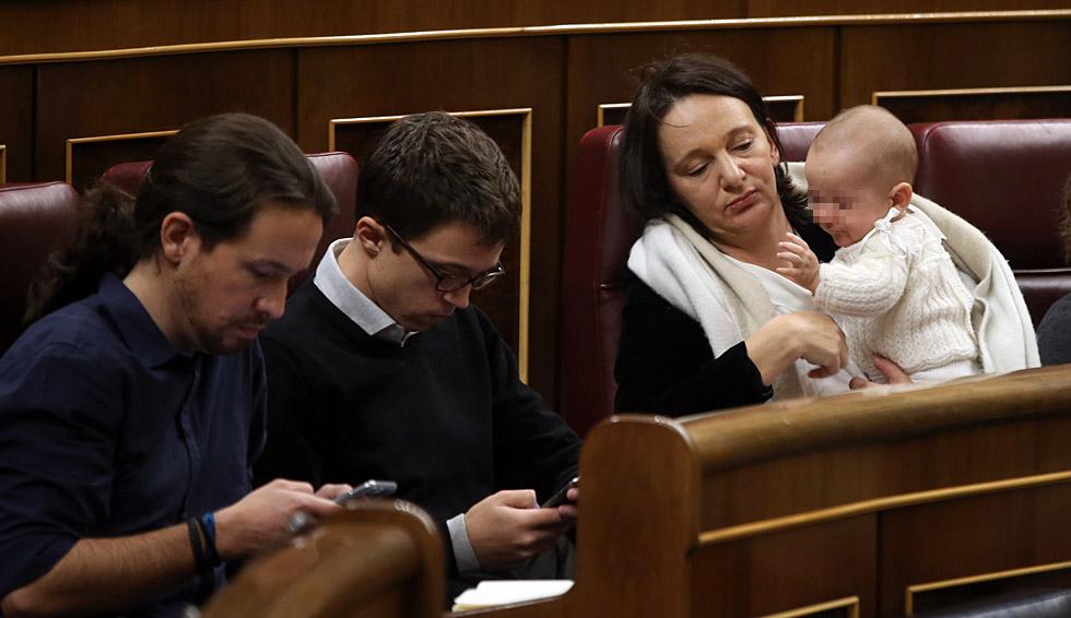 Iglesias, Errejón y Carolina Bescansa con su bebe en el Congreso