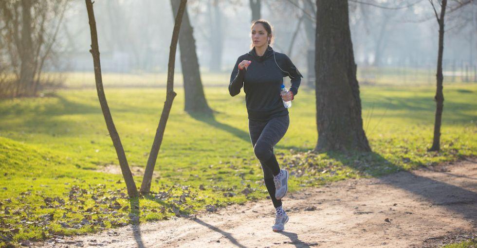 Mujer haciendo deporte en invierno