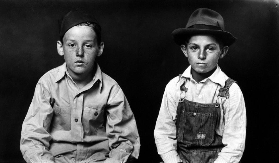 Dos niños retratados por Mike Disfarmer. © The Estate of Mike Disfarmer, courtesy Howard Greenberg Gallery, NY / Bernal Espacio Galeria, Madrid