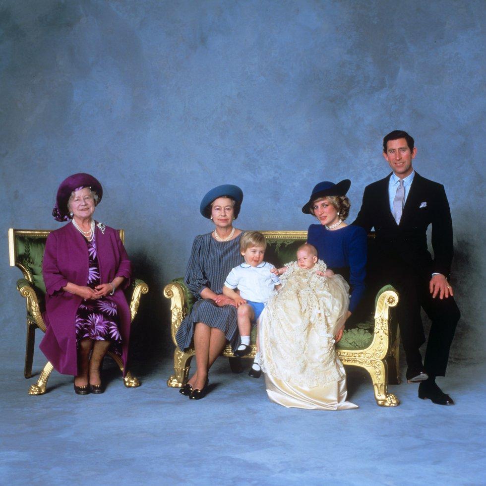 La foto oficial tomada tras el bautizo de Enrique de Inglaterra,el segundo hijo de Carlos y Diana.