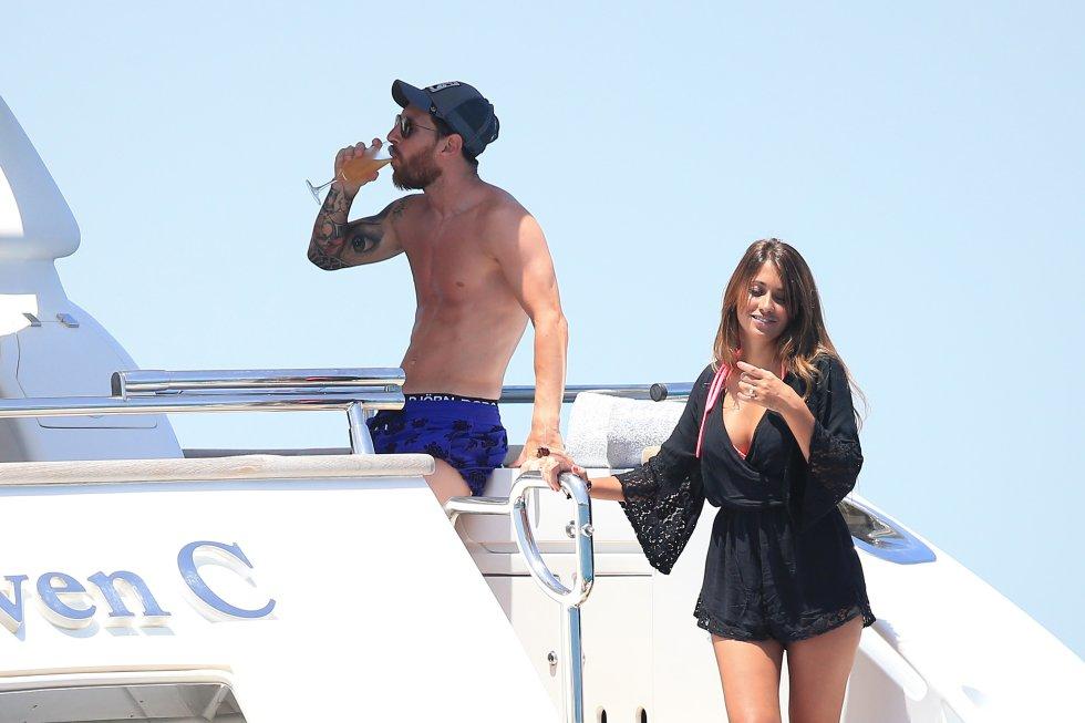 El futbolista argentino del Barcelona se toma una copa junto a su pareja Antonella Rocuzzo.