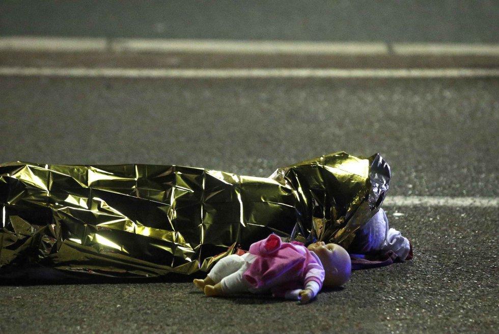 Un muñeco junto a una de las víctimas.