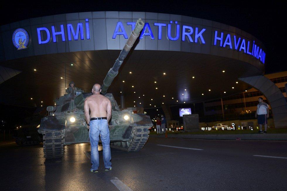 Un hombre impide el paso de un tanque del ejército turco a la entrada del aeropuerto de Atatürk, en Estambul.