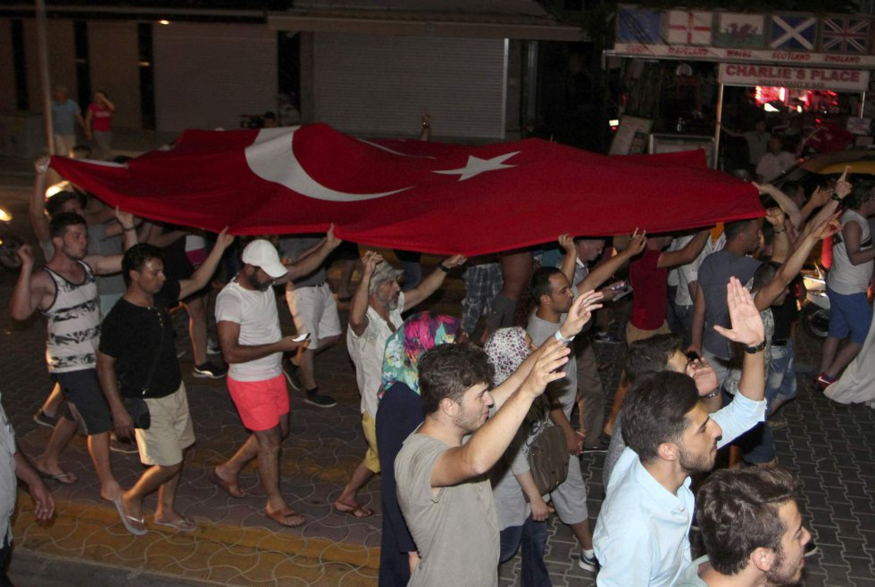 Decenas de personas salen a la calle en la ciudad costera de Marmaris portando la bandera turca.