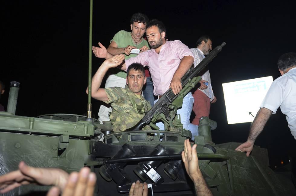 Un grupo de civiles detienen a un soldado tras el intento del golpe de Estado en Turquía.