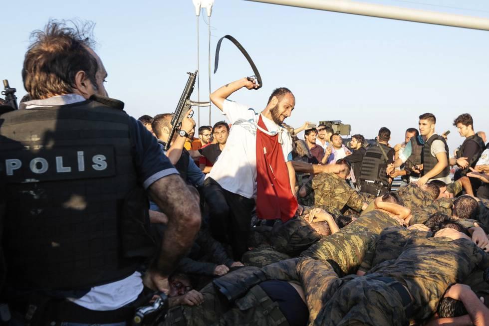 Un hombre azota con un cinturón a un grupo de soldados tras ser detenidos tras el intento de golpe de Estado en Turquía.