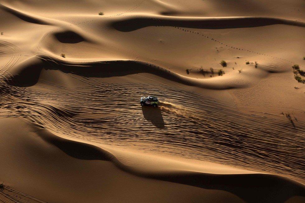 El piloto Yazeed Mohamed al-Rahji y su copiloto Timo Gottschalk del equipo Mini compitiendo en el desierto de Gobi en Mongolia durante el Rally de la Ruta de la Seda.