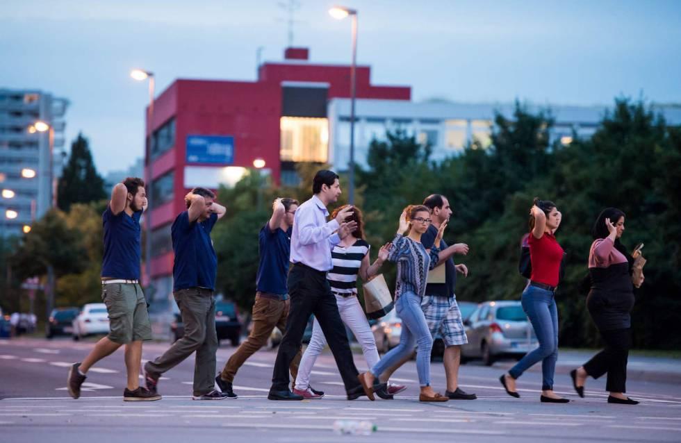 Las personas que se encontraban dentro del centro comercial, son evacuadas con las manos en alto del lugar del tiroteo.