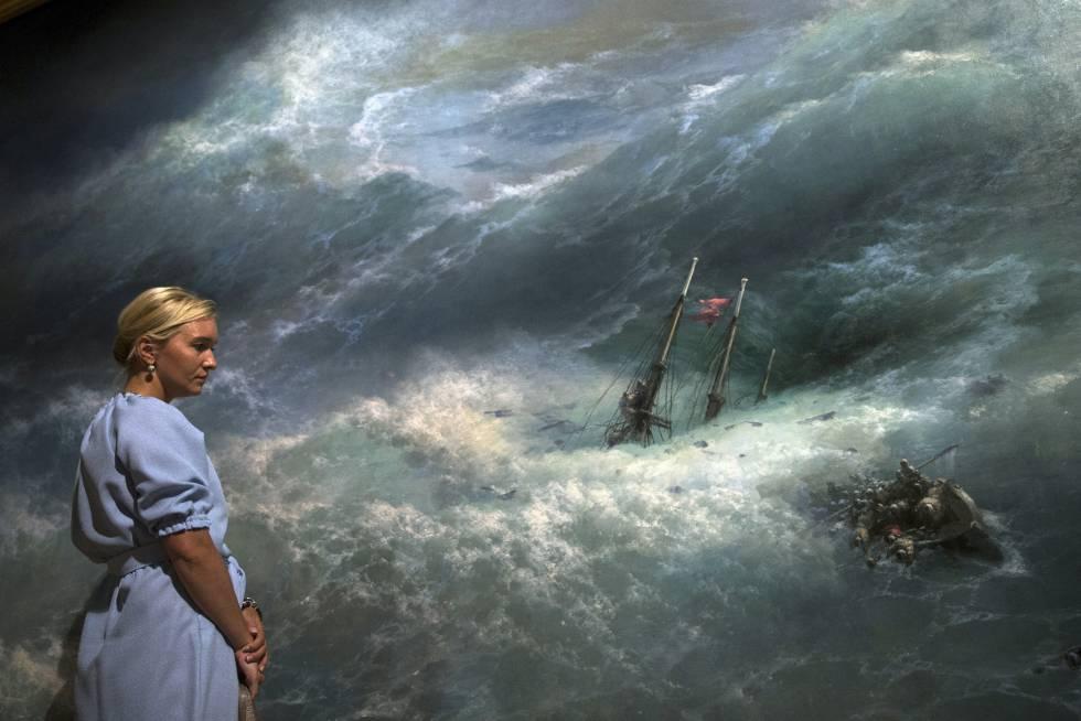 Una mujer contempla una obra de Ivan Aivazovsky, el pintor romántico ruso, considerado uno de los mejores artistas marinos de la historia, en la Galeria Tretyakov de Krymsky Val, en Moscú, Rusia.