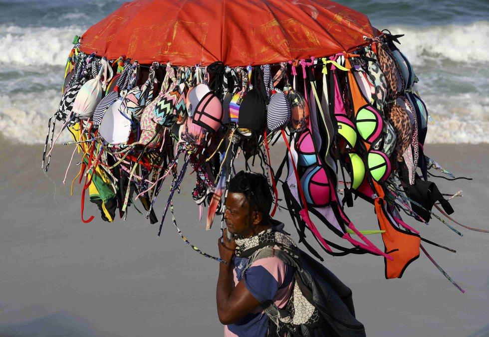 Un vendedor de biquinis, en la playa de Copacabana.