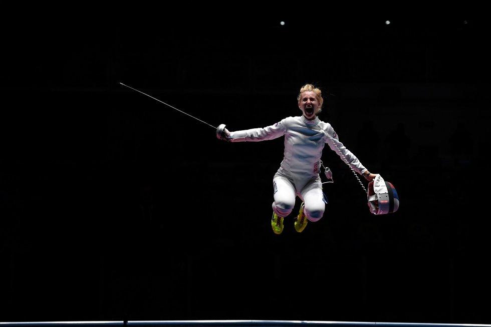 La rusa Violetta Kolobova celebra la medalla de bronce en esgrima por equipos.