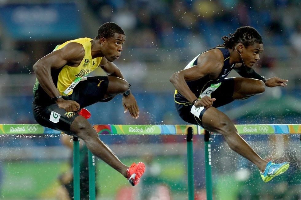 Andrew Riley y Eddie Lovett compiten en la prueba de 110 metro vallas.