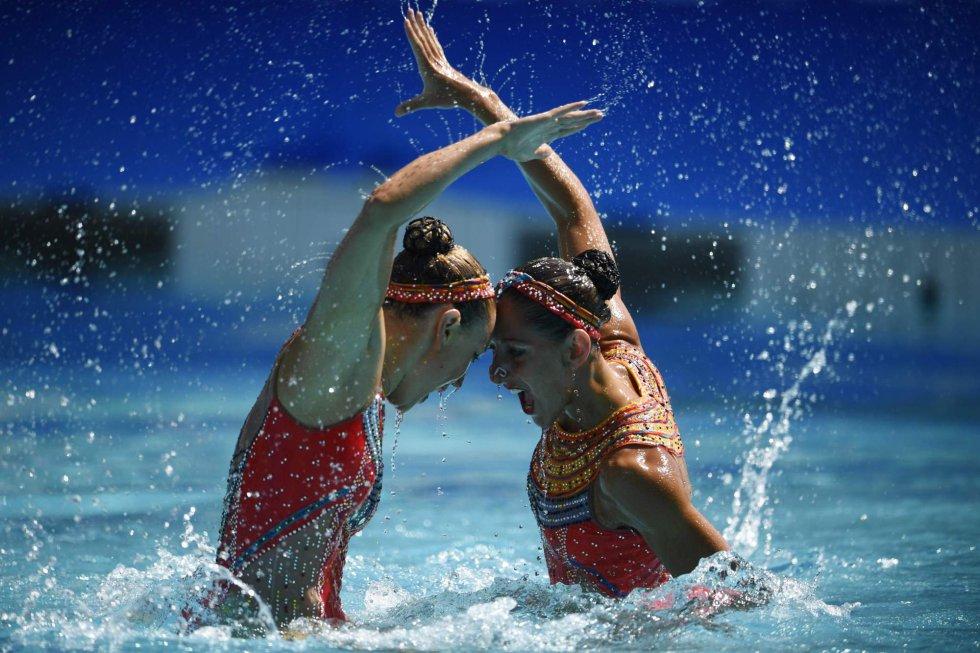 El dueto francés formado por Laura Auge y Margaux Chretien compite en los preliminares de natación sincronizada.