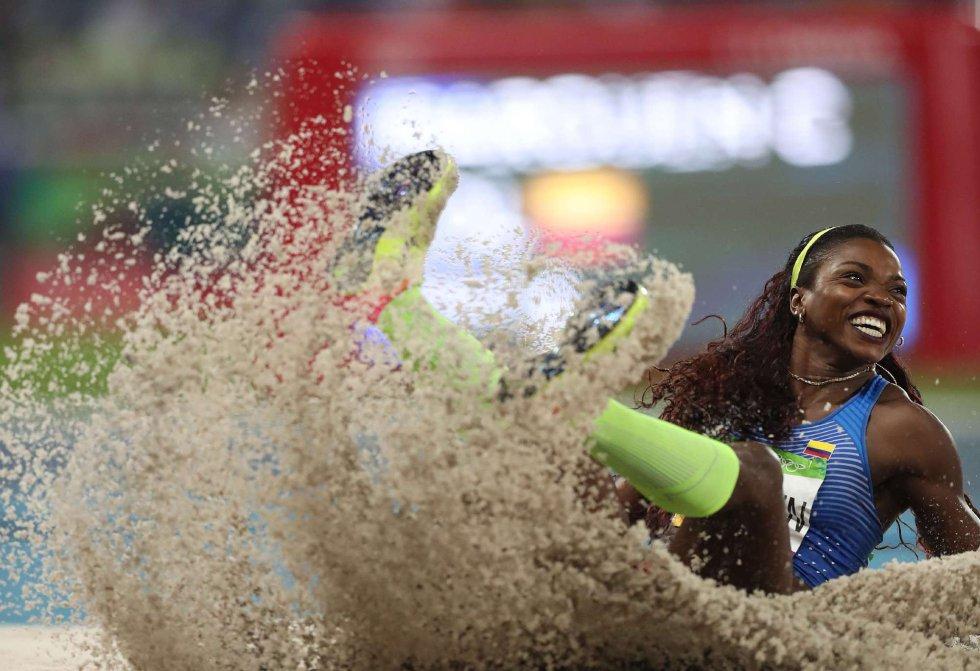 La atleta colombiana Caterine Ibarguen realiza su triple salto.