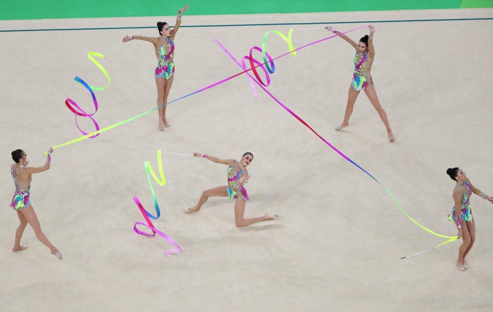El equipo olímpico de gimnasia rítmica de España realiza un ejercicio durante la final, el 21 de agosto.